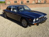 DAIMLER DOUBLE SIX 5.3 V12 SERIES 3 - 1990 COVERED 38K KLM / 23K MILES FROM NEW WITH SERVICE HISTORY -  1 OVERSEAS OWNER FROM NEW - FINISHED IN METALLIC WESTMINSTER BLUE WITH SAVILE GREY HIDE INTERIOR STUNNING